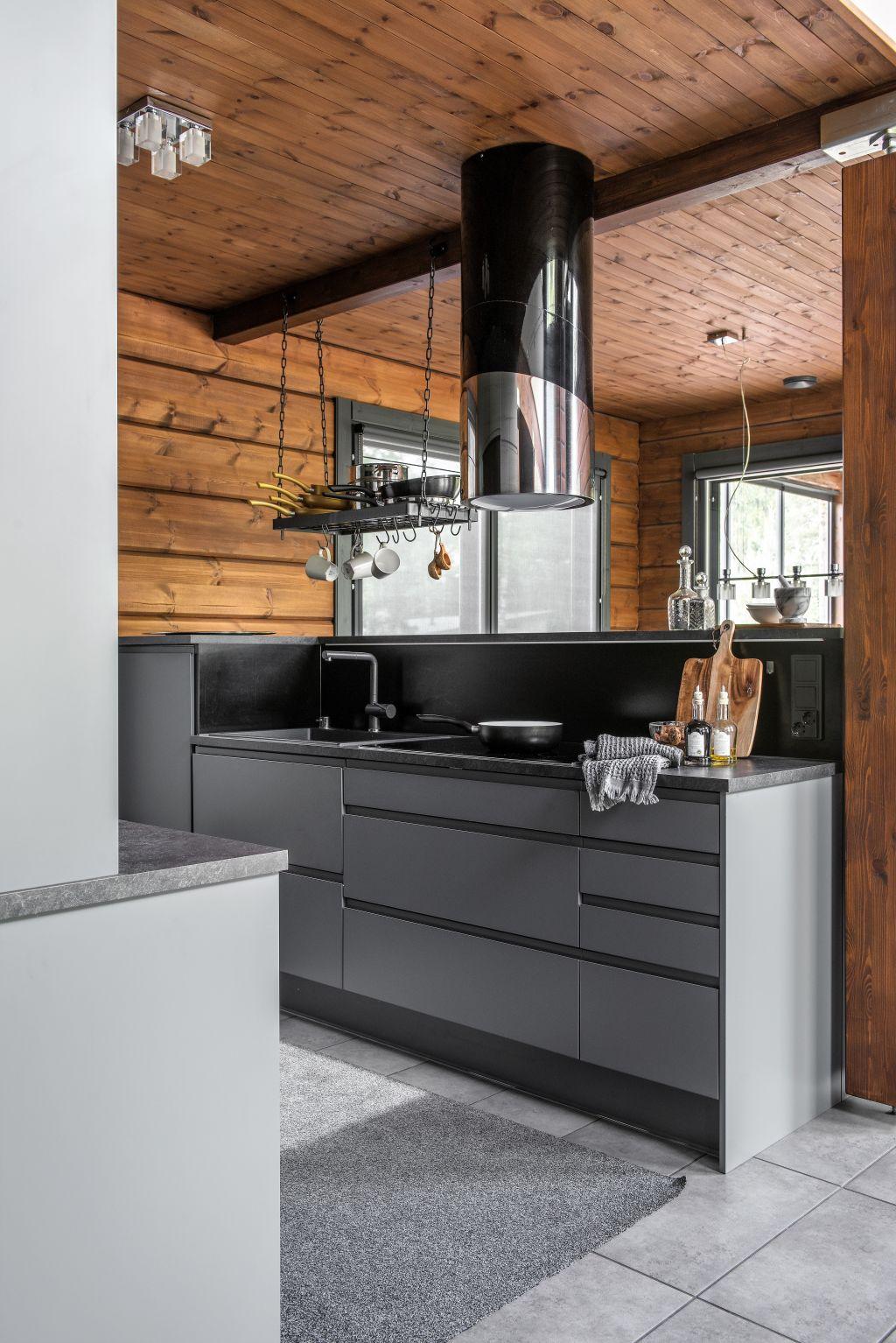 Kontio Kivilahti hirsitalo keittiö keittiöniemeke blanco komposiittiallas musta hanaliesituuletin astianpesukone
