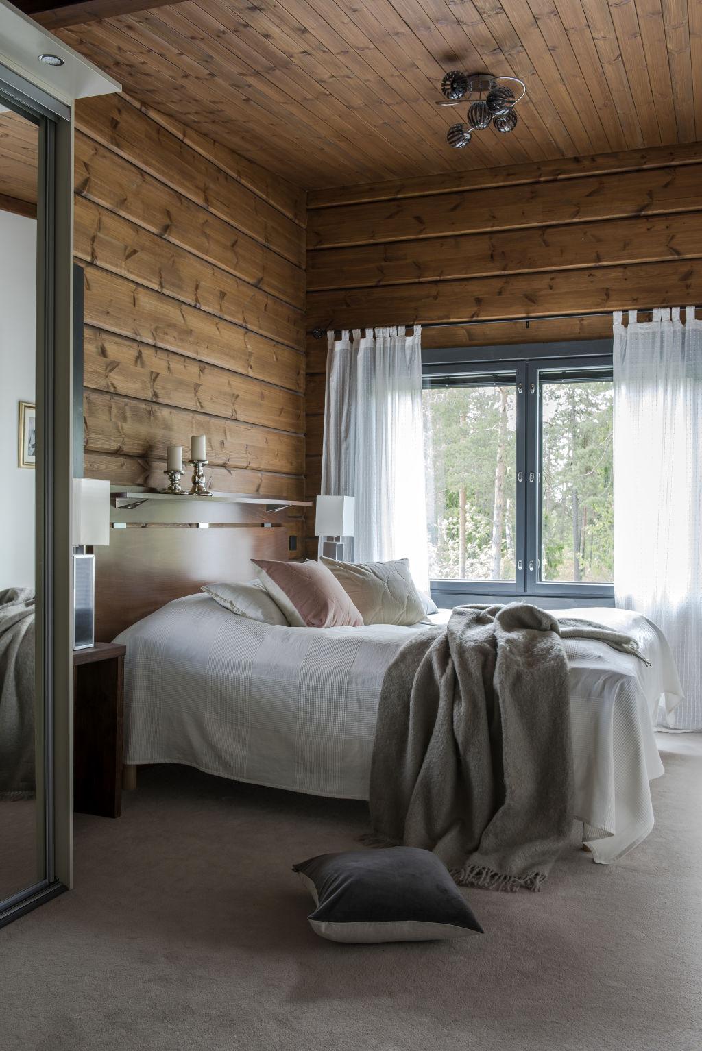 Kontio Kivilahti hirsitalo päämakuuhuone master bedroom kokolattiamatto linum samettityyny lapuan kankurit mohairpeite