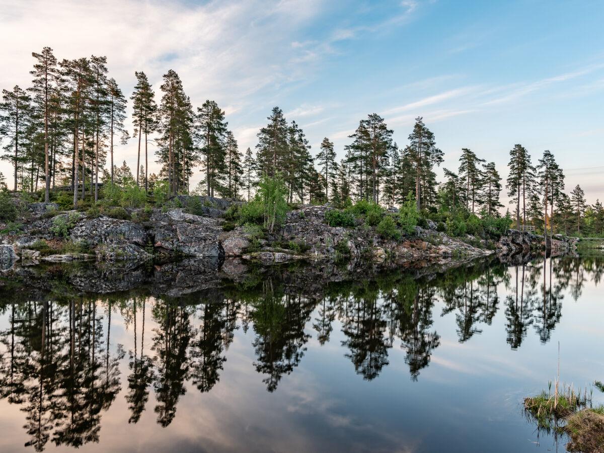 Tämä vapaa-ajan keidas rakentuu kirkasvetisen, kalliorantaisen järven ympärille.