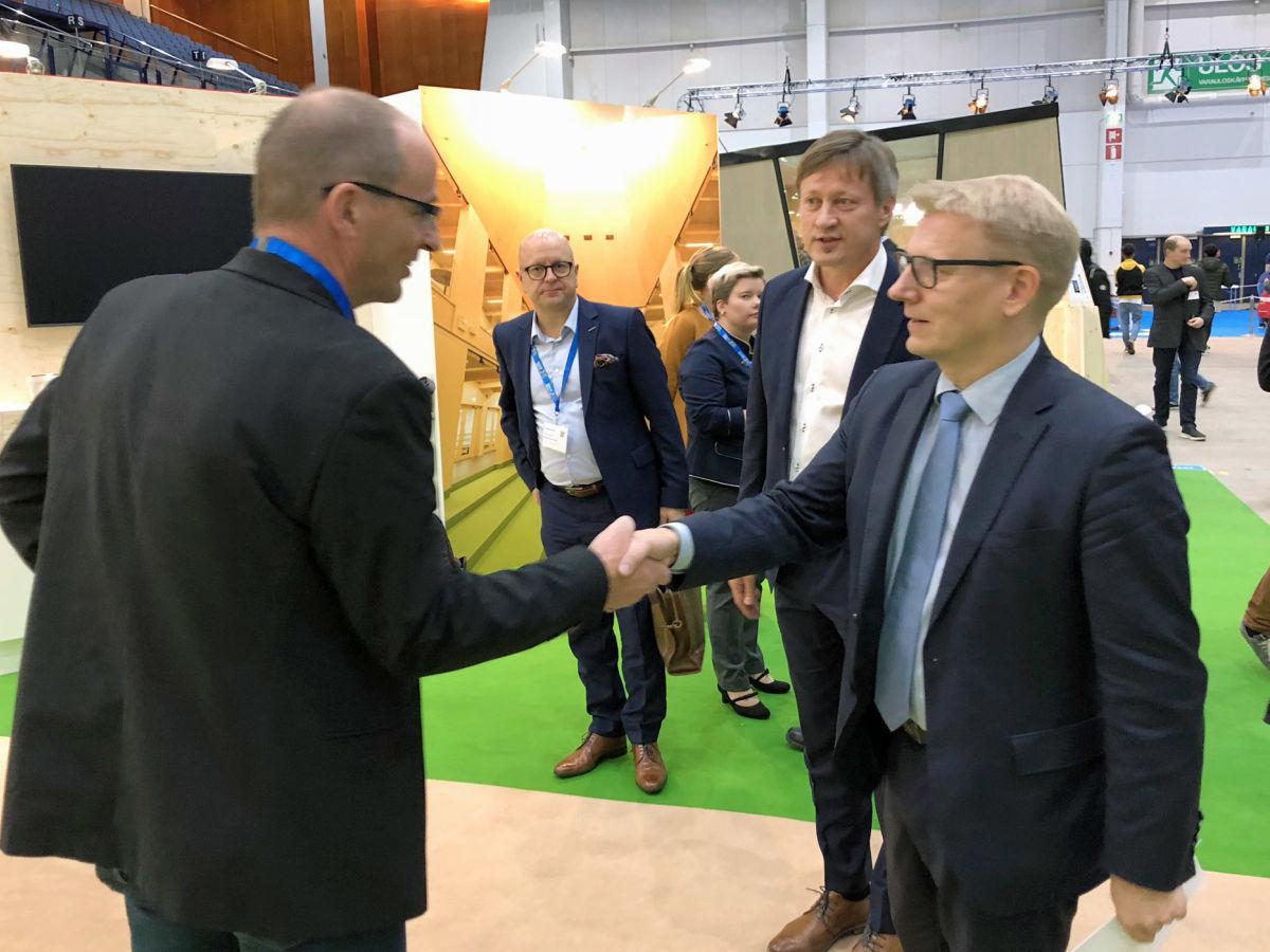 Kontion tekninen johtaja, Mikkö Löf, kertoi tulevaisuuden hirsiterveiset Asunto- energia- ja ympäristöministerille, Kimmo Tiilikaiselle.