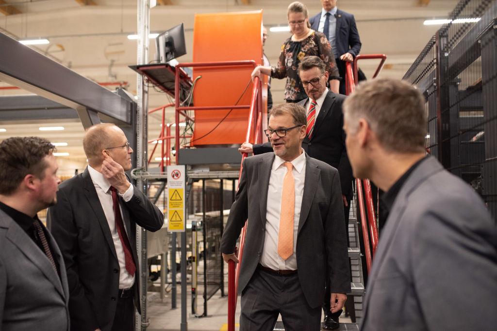 Pääministeri tutustui linjaston eri osiin.