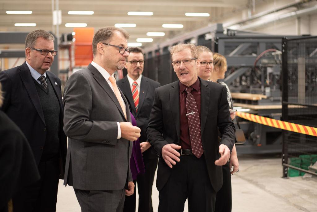 Kontion tehtaanjohtaja Tapio Anttonen esitteli pääministerille uutta SmartLog-linjastoa.
