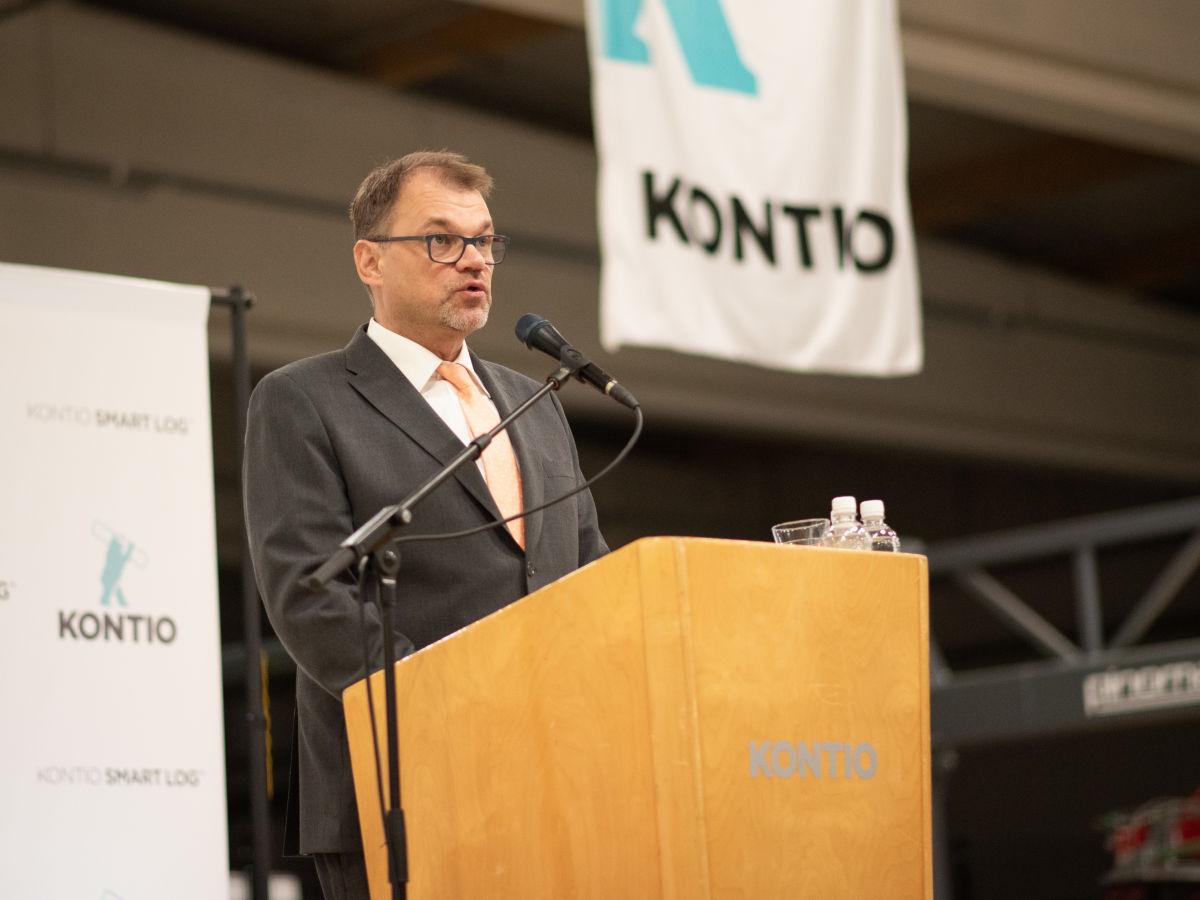 Pääministeri onnitteli Kontiota investoinnista ja puhui ilmastoystävällisen hirsirakentamisen puolesta julkisrakentamisessa.