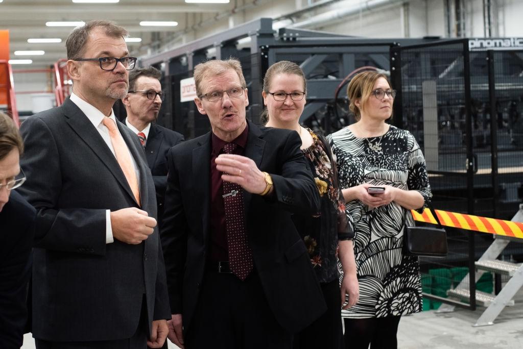 Kontion tehtaanjohtaja Tapio Anttonen (keskellä) esitteli SmartLog tehdasta pääministerille