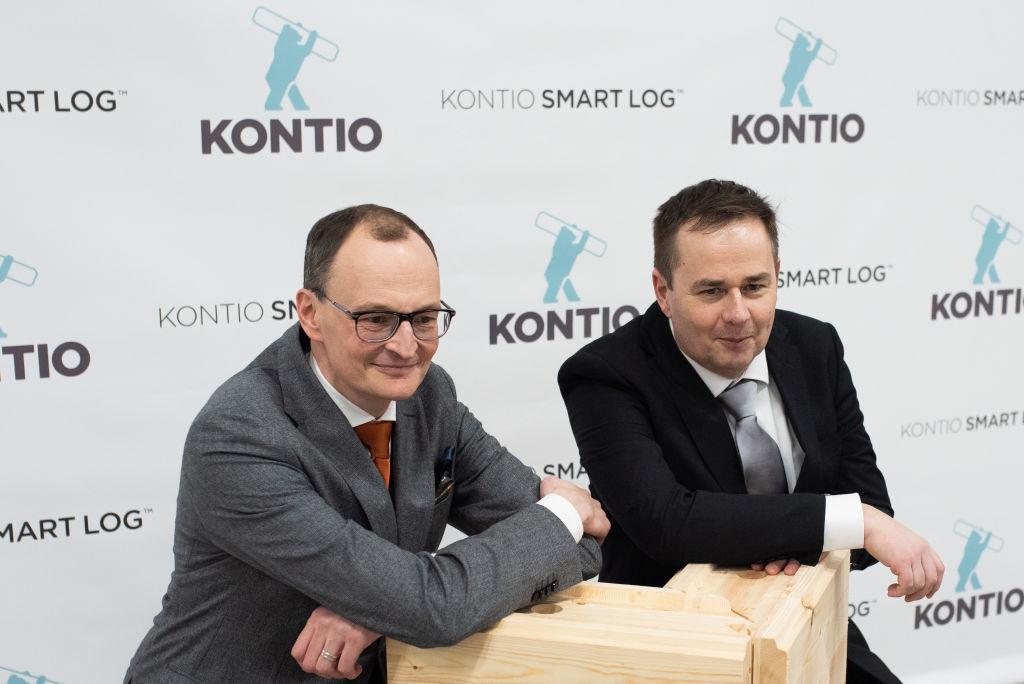 PRT-Forest -konsernin toimitusjohtaja Mika Rytky (vasemmalla) ja Kontion toimitusjohtaja Keijo Anttila nojaavat tyytyväisinä Kontion SmartLog -hirrestä valmistettuun nurkkamalliin.
