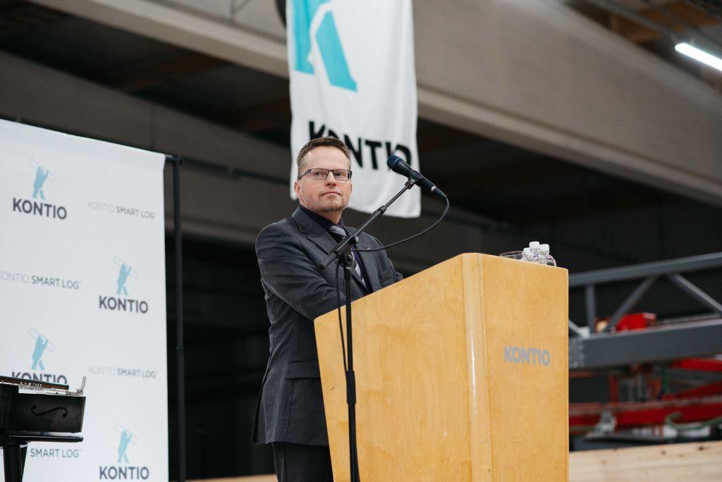 Pudasjärven kaupunginjohtaja Tomi Timonen kannusti puheessaan käyttämään enemmän hirttä julkisrakentamisessa.
