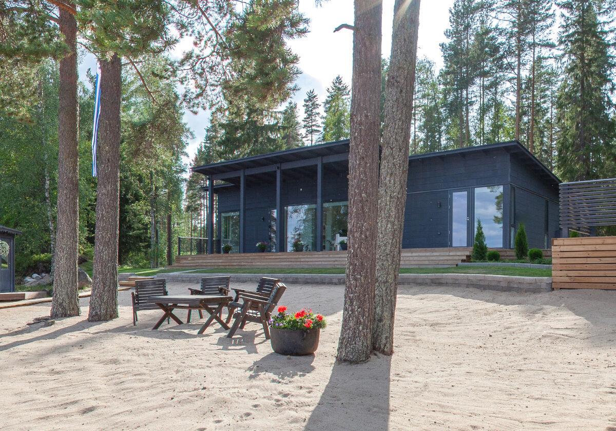 Kontio Glass House järvenrannassa.
