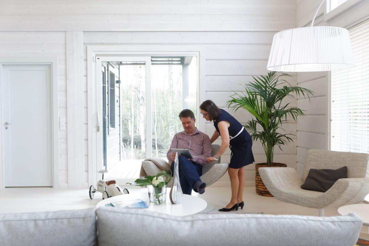 Oppholdsrommet adskilles fra spisestuen på en diskret måte ved å plassere sofaen akkurat riktig.