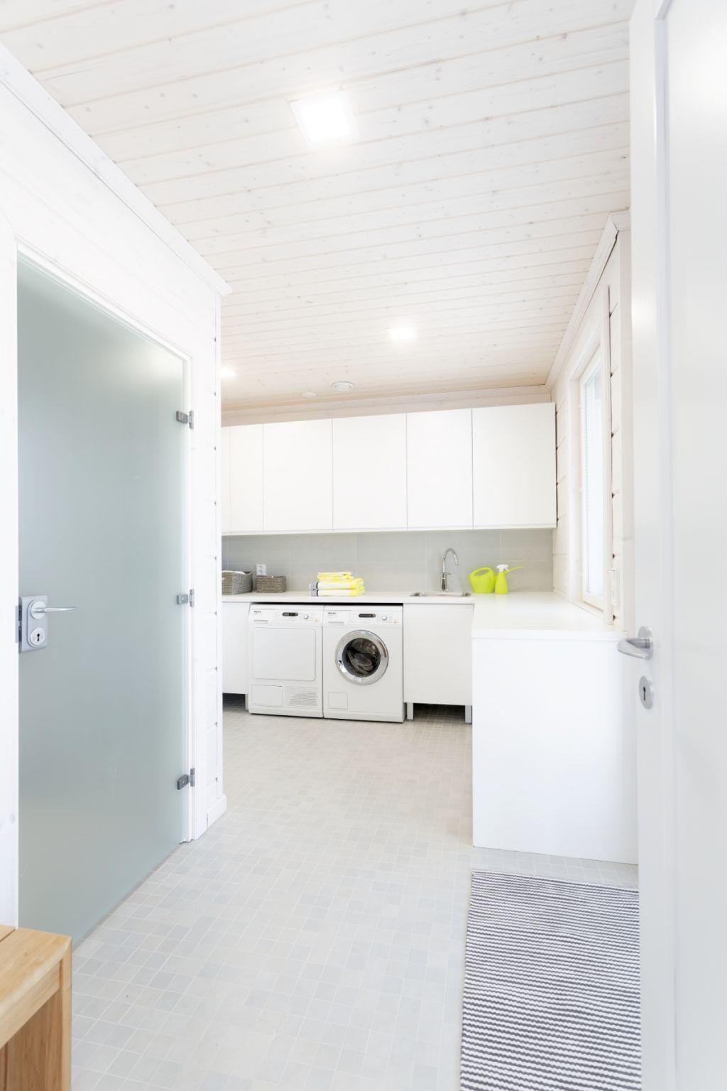 Den diskrete fargepaletten fremhever husets moderne arkitektur.