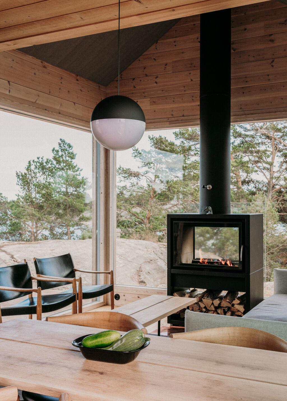 Salon et cheminée à foyer traversant :